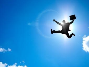 太陽に照らされた営業マン