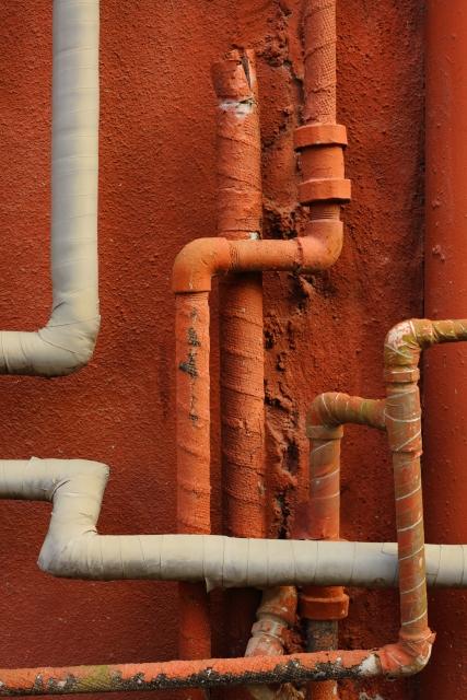 交差した無数の白と赤の配管
