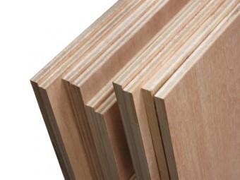 並べられたコンパネと呼ばれる大きい木の板