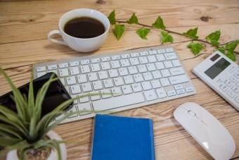 デスクに置かれたコーヒーと機器