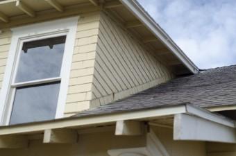 黒色の屋根一般的な二階建て住宅