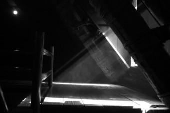 光が差す屋根裏の風景