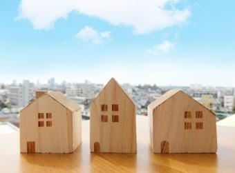 青空の下に置かれた家の模型