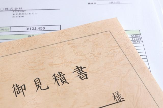 机の上に置かれた見積書と書類