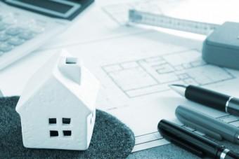 お家の模型とペン、お家の設計図