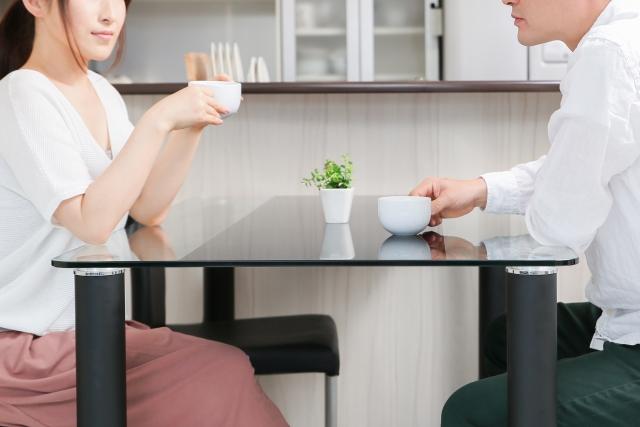 テーブルで打ち合わせ