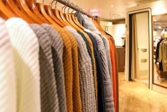 並ぶ冬用の服