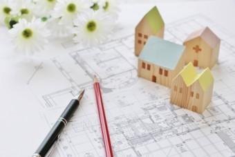 設計図の上に置かれた家の模型