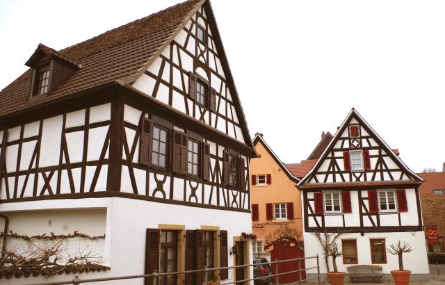 木の装飾が施されたドイツの木組みの家