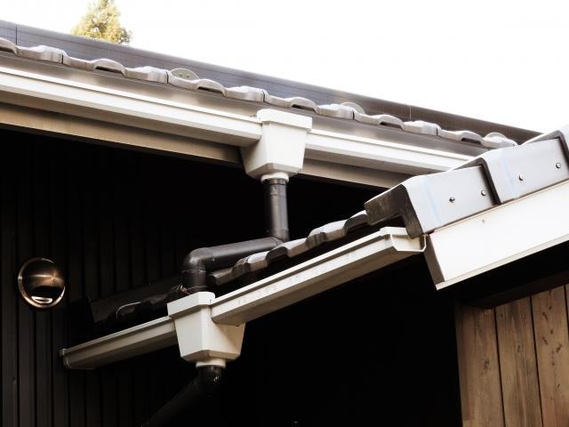 白色の這樋が付いた瓦屋根