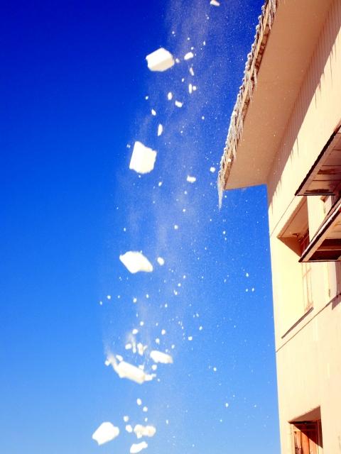 雪崩のように落ちてくる雪の塊