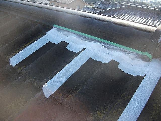 応急処置を行った瓦屋根の棟(頂上)部分