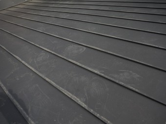 黒色の金属製の屋根