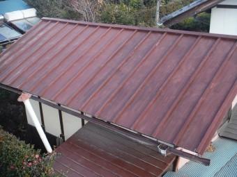赤色の金属製屋根