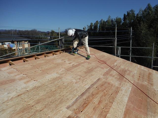 屋根材を貼る前の基礎となる下地(コンパネ「木の板」)貼り