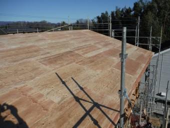 貼り終わった基礎となる屋根下地