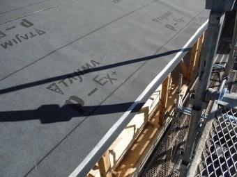 防水紙「ルーフイング材」を近くでとった写真