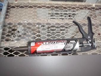 専用の道具に装てんされた筒状のコーキング剤