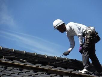 既存の銅線を切っている屋根屋さん
