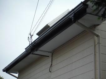 屋根の端に付いた黒色の箱樋