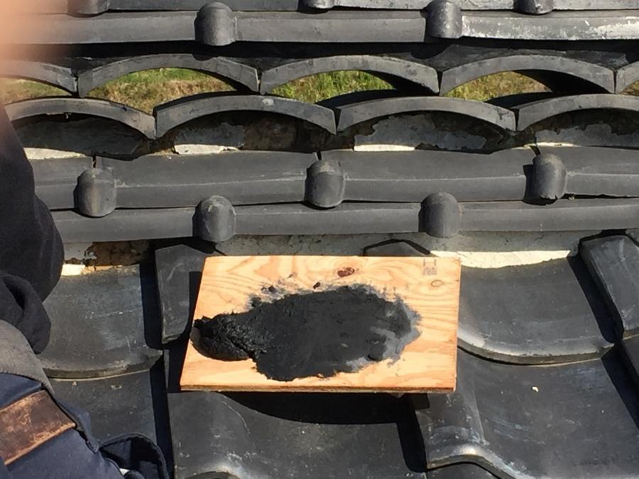 木の板に乗せられた黒い漆喰