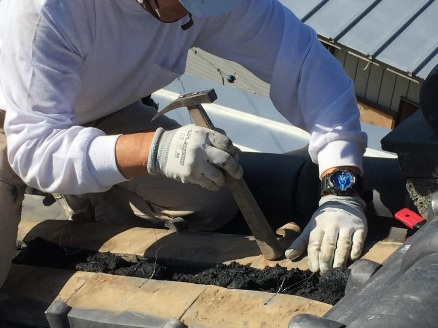 漆喰を敷いた後、土台の平瓦を乗せる