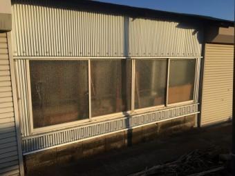 倉庫(道路側のシャッター付近)の張替え完了後