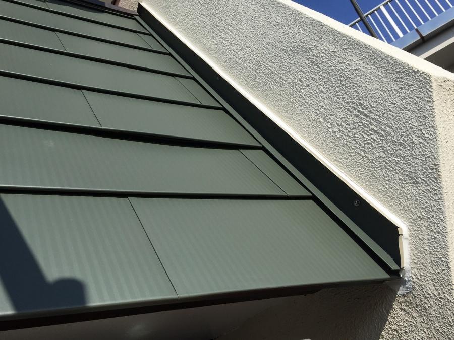 板金を屋根の両サイドに取り付けた風景