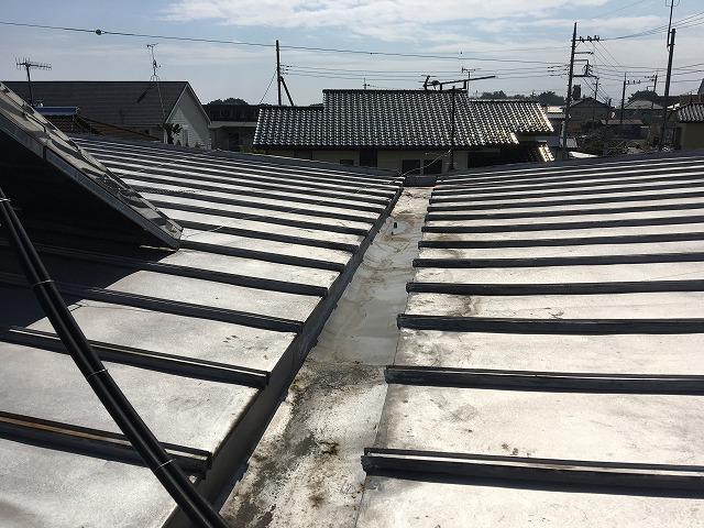 銀色の金属屋根