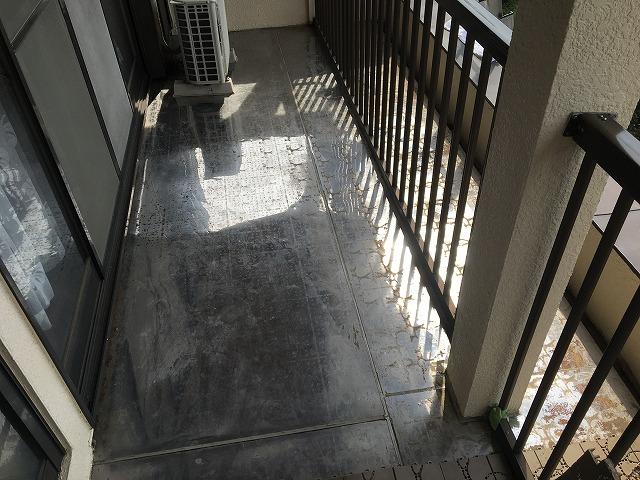吉岡町のベランダ床の雨漏りによるコーキング工事