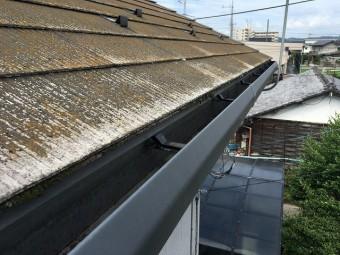 屋根の端に付けられた黒色の雨樋