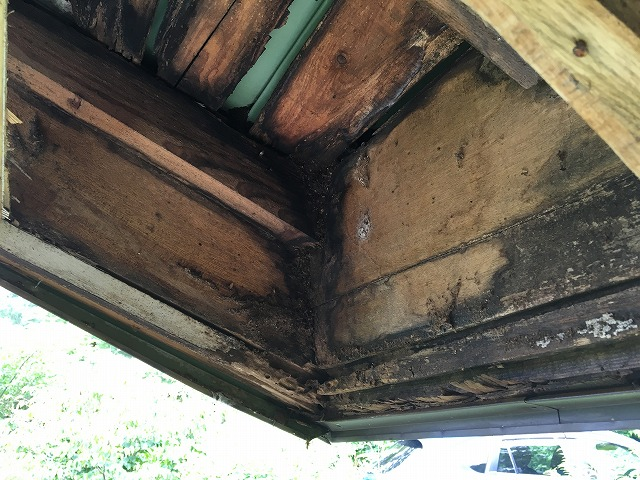 雨水が侵入した事により腐食して黒ずんでしまった屋根の下地