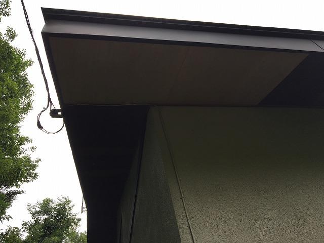 屋根下の軒天部分