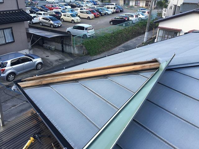 板金が剝がれた金属屋根