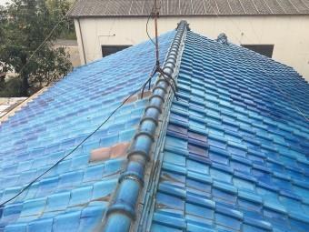 ずれた瓦が見られる釉薬瓦の屋根