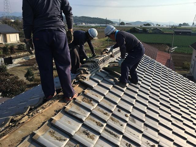 既存の屋根瓦を剥がしている職人さん
