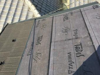 防水シートが張られた屋根