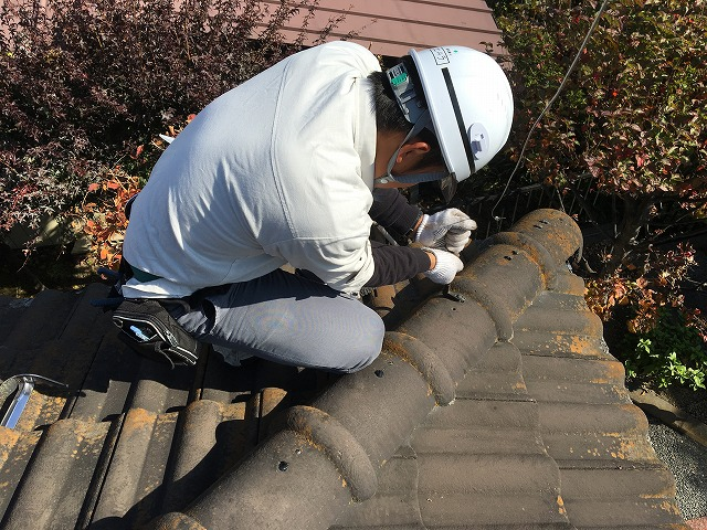 瓦屋根を点検している屋根や