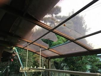 割れた古いテラス屋根