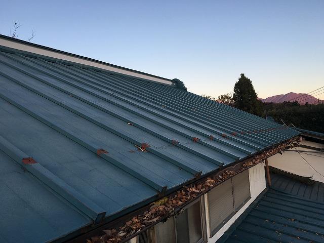 水色のトタン屋根のお家