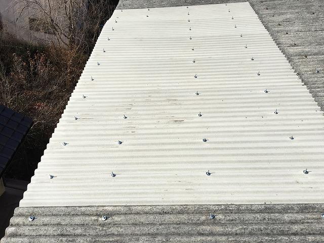 新しい波板を張った施工完了後の風景