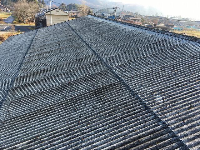 みなかみ町の倉庫のスレートの波板屋根