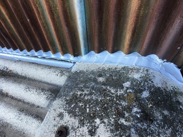 屋根の壁の境に施行されたコーキング