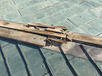 劣化しボロボロになった棟板金の下地木材