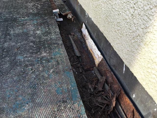 ゴミが詰まったベランダの排水溝