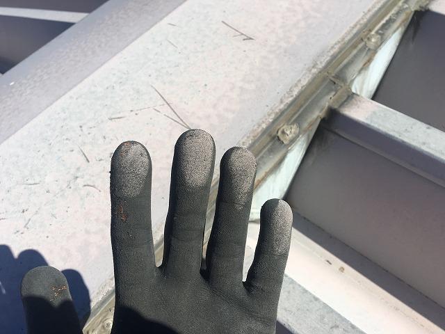 触って手に付いた白色の粉上になった塗料