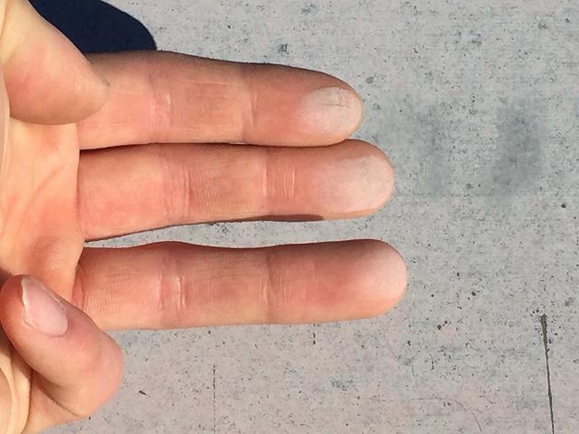 チョーキング現象が起こった屋根の表面を手で触り、粉上の塗料が手に付いた状態