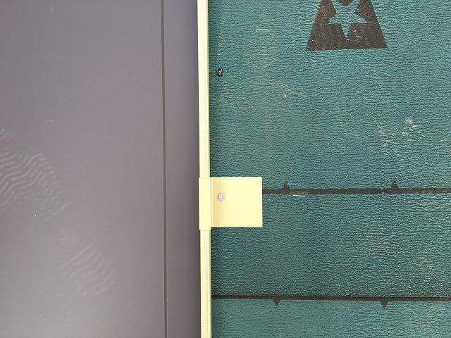 取り付けた板金屋根材の端に取り付けられる吊り子金具