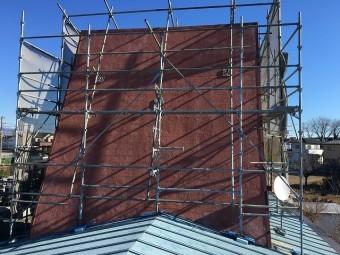 再塗装を行う屋根面に掛けられた足場