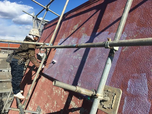 下地材のシーラを塗った屋根材の風景